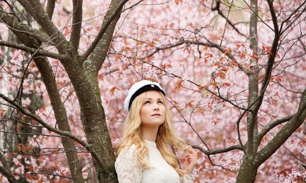Ylioppilaskuvaus-ulkona-Helsinki-Roihuvuoren-kirsikkapuisto-kirsikankukat-Valokuvaaja-Anna-Dammert