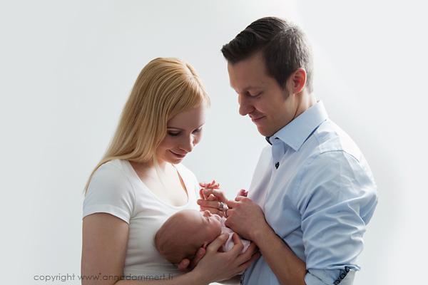 Tuore isä ja äiti vastasyntyneen vauvan kanssa