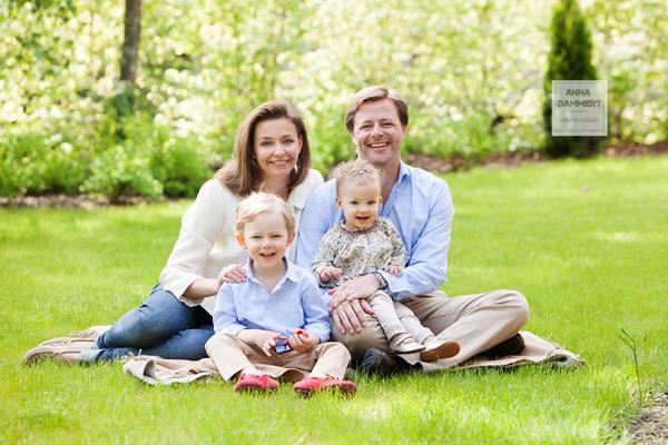 Perheen muotokuva miljöössä