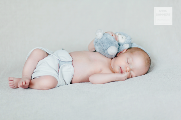 Pieni vauva nukkuu pupu kainalossa