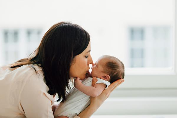 Tuore-äiti-ja-vastasyntynyt-vauva-valokuvassa