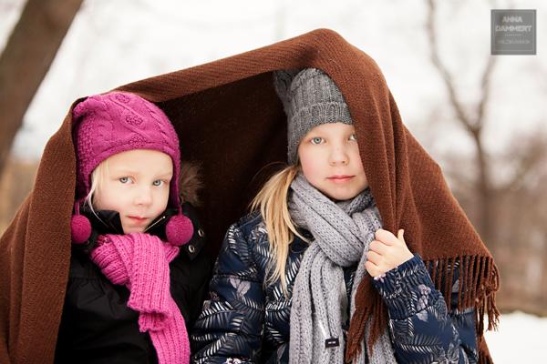 Talvella-ulkona-otettu-sisarusten-muotokuva-valokuvaaja-Anna-Dammert