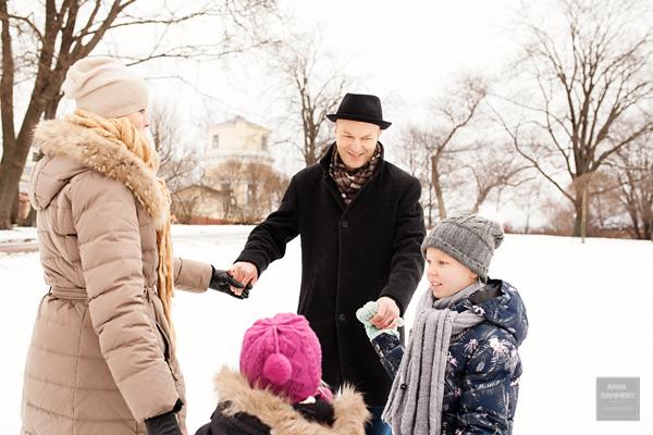 Perhekuvaus-Helsinki-valokuvaaja-Anna-Dammert-ulkokuvaus-talvella