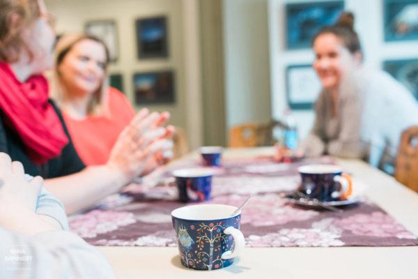 Yksityiskohta-luonnontieteellisen-museon-kahvilasta-iittalan-kahvikuppi-naiset-keskustelee
