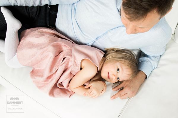 Pieni-tyttö-isän-kainalossa