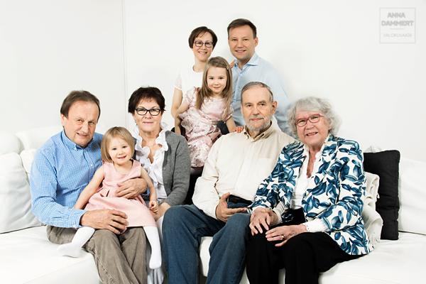 Koko-suku-kuvassa-isovanhemmat-istuvat-sohvalla-lasten-ja-lastenlasten-kanssa