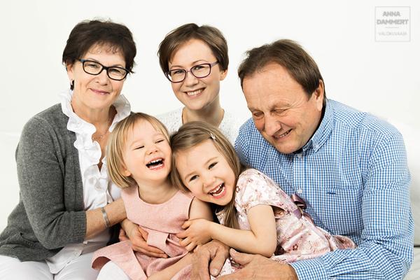 Isovanhemmat-lastenlasten-kanssa-valokuvassa