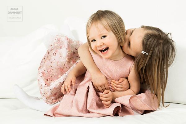 Siskokset-leikkivät-sohvalla-iloisina