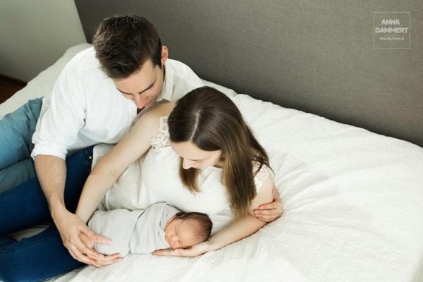 Tuoreet-vanhemmat-vauvan-kanssa-kotona-sängyllä