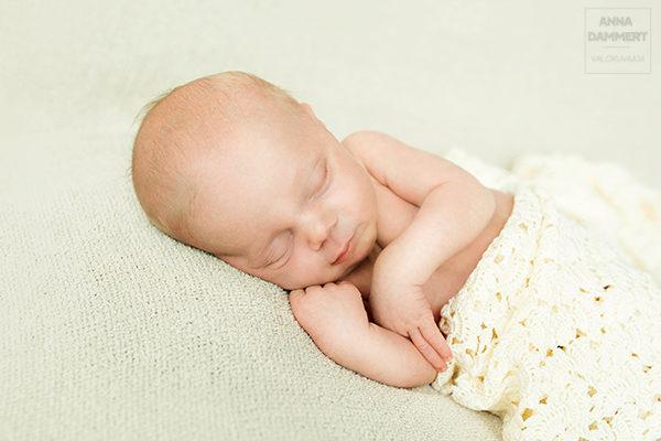 Vastasyntynyt vauva nukkuu rauhallisestai peiton alla