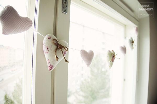 Vauvanhuoneen ikkunakoristeita vanusydämet ketjussa