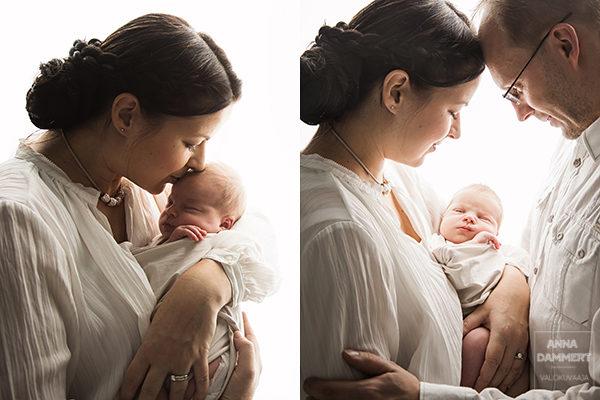 Kapaloitu-vauva-vanhempien-välissä-tunnelmallinen-vauvavalokuva