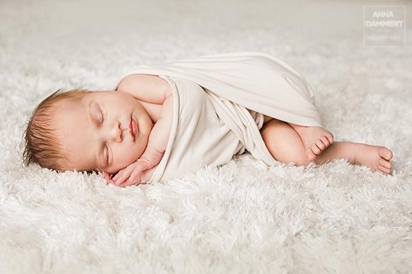 Vastasyntynyt-kapaloitu-vauva-nukkuu