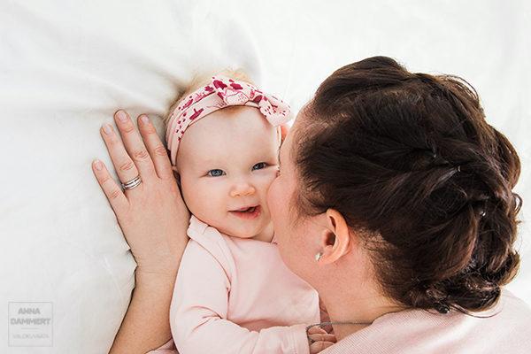 Puolivuotias-tyttövauva-nauttii-äidin-kanssa-leikkimisestä